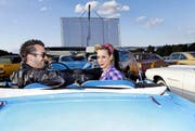 Dominic Dubler und Michelle Müller haben sich einen idealen Platz vor der Leinwand des Autokinos in Muri ergattert. (Bild: Werner Schelbert)