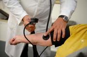 Auch die verschiedenen Ärztevereinigungen sehen in Guido Grafs Liste nicht nur Vorteile. (Bild: Bernd Weiss / EPA)