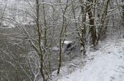 Nach dem Selbstunfall geriet das Fahrzeug in die Kleine Emme. Der Lenker blieb unverletzt. (Bild: PD)