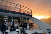 Während dem Sonnenuntergang waren bei den Gästen die Smartphones schnell zur Hand. (Bild: Andrea Decker (Luzern, 29. Juni 2017))