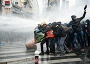 Die Polizei setzt in Paris Wasserwerfer gegen die Demonstranten ein. (Bild: Yoan Valat/EPA (22. März 2018))