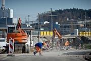 Seit einer Woche sind Arbeiter daran, die Reusseggstrasse zu verbreitern. Die Unterführung im Bildhintergrund muss dazu abgerissen werden. (Bild: Pius Amrein / Neue LZ)