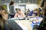 Schüler im alters- und niveaugemischten Geografie-Unterricht der 1.–3. Oberstufe in Luthern. (Bild: Manuela Jans-Koch (Luthern, 10. November 2016))