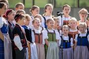 Kinder jodeln am Festakt des 60. Zentralschweizer Jodlerfests in Sarnen. (Archivbild Neue LZ)