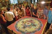 Zahlreiche Besucher hatten zuvor die Entstehung des tibetischen Kunstwerkes verfolgt. (Bild: Benno Bühlmann)