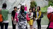 Chinesische Touristinnen machen ein Gruppenfoto vor dem Löwendenkmal in Luzern. (Bild Corinne Glanzmann)