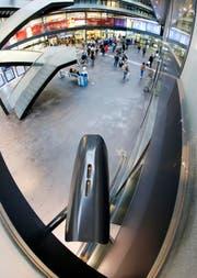 Eine Überwachungskamera filmt einen Teil des Bahnhofs Zug. (Bild: Stefan Kaiser / Neue ZZ)
