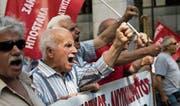 Aufgebrachte Rentner an der Demonstration vom letzten Freitag in Athen. (Bild: Petros Giannakouris/AP)
