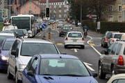 Zur Rush Hour staut sich der Verkehr auf vielen Zuger Strassen. Im Bild die Baarer Langgasse bei der Abzweigung in die Ägeristrasse. (Bild: Archiv Christof Borner-Keller / Neue ZZ)