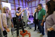 Michael Werder (Mitte), Filmemacher, erklärt im Kultursilo Bösch die Arbeit das Filmemachers. Werder zeigte der Kulturgruppe auch das Mikrofon am Set. (Bild: Werner Schelbert)