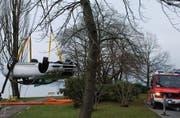 Der Unfallwagen wird geborgen. (Bild Luzerner Polizei; siehe auch Aufnahme unten)