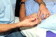 Ein Arzt impft einen Patienten im November 2009 gegen die sogenannte Schweinegrippe. (Bild Erhard Gick/Neue SZ)