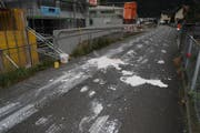 Die unbekannten Täter verschmierten unter anderem eine Strasse mit flüssigem Gips. (Bild: Kantonspolizei Uri)