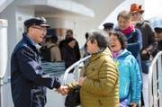 Jin Zhiwen verabschiedet Fahrgäste der Panoramajacht «Saphir» gestern Nachmittag beim Landungssteg am Luzerner Schweizerhofquai.