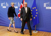 epaselect epa06366605 British Prime Minister Theresa May (L) is welcomed by EU Commission President Jean-Claude Juncker (R) prior to a meeting at the EU Commission in Brussels, Belgium, 04 December 2017. EPA/JULIEN WARNAND (Bild: Julien Warnand/EPA (Brüssel, 4. Dezember 2017))