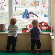 Die Betreuung eines Kindes kostet heute in Luzern durchschnittlich 107 Franken pro Tag. (Bild: Jens Wolf/Keystone)