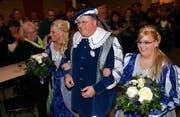 Das neue Oberhaupt Claude I. mit seinen Prinzessinnen Naemi Schär (l.) und Manuela Fux. (Bilder Werner Schelbert/Neue ZZ)