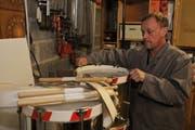 Peter Schuler bei der Arbeit in seiner Garage in Erstfeld. (Bild Urs Hanhart/Neue UZ)