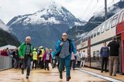 Besucher laufen in Rynächt auf den ersten Zug zu, der am Publikumsanlass am Samstag durch den Gotthard-Basistunnel fährt. (Bild: Keystone / Alexandra Wey)