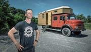Claudio Röllin vor seinem zum Wohnmobil umgebauten Tanklöschfahrzeug auf dem Parkplatz beim Sedel. Bild: Pius Amrein (Luzern, 26. Juni 2017)
