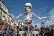 Die Rasselbandi Horw gestern am Fritschi-Umzug in Luzern mit ihrem Motto «Dia de los Muertos» und einem riesigen Skelett als Blickfang. (Bild: Philipp Schmidli (Luzern, 23. Februar 2017))