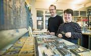 Yvonne und Roger Tschopp beim Regal mit den Blei- und Holzschriften in der Vereins-Werkstatt. (Bild: Boris Bürgisser (Hochdorf, 15. Dezember 2017))
