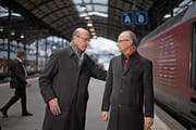 Der eine kommt von Bern, der andere geht nach Bern: Louis Schelbert (links) und Michael Töngi treffen sich am Bahnhof in Luzern. (Bild: Corinne Glanzmann. 8. Dezember 2017)