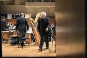 Simon Rattle verlässt nach dem Schlusskonzert mit den Wiener Philharmonikern das Podium. (Bild: LF/ Priska Ketterer)