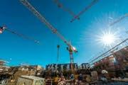Der Bauboom hält in der Schweiz unvermindert an. Der milde Winter liess die Arbeiten auf vielen Baustellen in der Region nicht stillstehen. (Bild: Freshfokus/Andy Mueller)