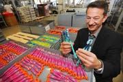 Trisa-Firmenchef Adrian Pfenniger zeigt einige seiner Zahnbürsten. (Bild Eveline Bachmann/Neue LZ)