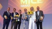 Hubert Erni (4.v.l.) mit den Gewinnern der anderen Kategorien auf der Bühne. (Bild: PD)