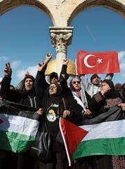 Demonstration mit palästinensischen und türkischen Flaggen auf dem Tempelberg gegen die Verlegung der US-Botschaft nach Jerusalem. (Bild: Mostafa Alkharouf/Getty (Jerusalem, 12. Januar 2018))