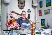 Thomas Büchler (58) bereitet seine Reisen an seinem Schreibtisch in Weggis vor. Bild: Manuela Jans-Koch (23. September 2016)