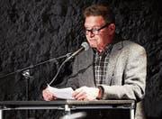 Adrian Hürlimann moderiert die Beiträge der Lyriker auf der Bühne des Burgbachkellers. (Bild: Jakob Ineichen (Zug, 28. April 2017))