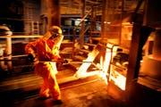 Archivbild eines Arbeiters bei Schmolz+Bickenbach in Emmenbrücke. (Bild: Pius Amrein / Neue LZ)