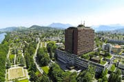 Blick aus der Luft auf das Luzerner Kantonsspital mit dem Bettenhochhaus am Hauptstandort in der Stadt Luzern. (Bild René Meier)