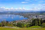 Blick über die Stadt Zug in den Ennetsee. (Bild Werner Schelbert)