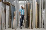 Sammlungskurator Heinz Stahlhut im so genannten «Stangenwald» des Kunstdepots unter dem KKL. Hier reiht sich Bild an Bild. (Bild: Pius Amrein / Neue LZ)