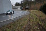 Die gut sichtbaren und orange markierten Reifenspuren abseits der Fahrbahn in der Laubaukurve. (Bild: Stefan Kaiser (Neuheim, 16. Januar 2018))