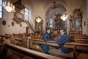 Ufhusens Kirchgemeindepräsidentin Margrit Müller und Daniel Filliger, Präsident der Spendenkommission, in der frisch renovierten Kirche St. Johannes. (Bild Pius Amrein)