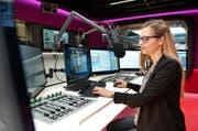 Liliane Küng, Moderatorin von Radio Pilatus, im neuen Studio im Maihof. (Bild Boris Bürgisser)