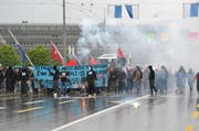 Bei der «Demonstration gegen Kapitalismus» am 2. Mai 2015 zog eine Gruppe von teilweise Vermummten durch Luzern. Die Polizei nahm dabei mehrere Personen fest. (Bild: Thomas Heer / Neue LZ)