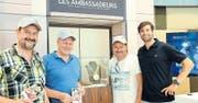 Signierstunde mit Olympia-Sieger Mario Gyr: Auch drei Walliser Ausflügler freuten sich über die Begegnung. (Bild AR)