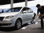 Modell Touran von Volkswagen: Der Konzern ruft in der Schweiz fast 700 Modelle mit Gasantrieb zurück. (Archivbild) (Bild: Keystone/AP/THOMAS KIENZLE)