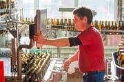 Ein Angestellter füllt in der Brauerei Baar Bier ab. (Bild: Keystone)