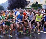Letztes Jahr hat es am Ägeriseelauf wie aus Eimern gegossen – dennoch sind rund 1300 Läufer gestartet. (Bild Werner Schelbert)