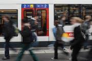 Statt mit Überlandbussen sollen Reisende vermehrt mit der S-Bahn in die Stadt gelangen. (Bild: Boris Bürgisser / Neue LZ)