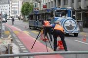 Polizisten geben eine der Fahrspuren für den Verkehr frei. (Bild: Sandro Portmann / luzernerzeitung.ch)