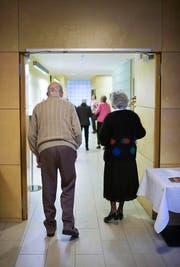 Ein Paar verlässt den Speisesaal der Altersresidenz Tertianum Huob im Kanton Schwyz. (Bild: Keystone / Geatan Bally)