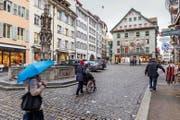 Unten links: Der Weinmarkt in Luzerns Altstadt: Hier kritisiert Umverkehr die parkierten Autos und die für Fussgänger beschwerliche Kopfsteinpflästerung. (Bild: Roger Gruetter)